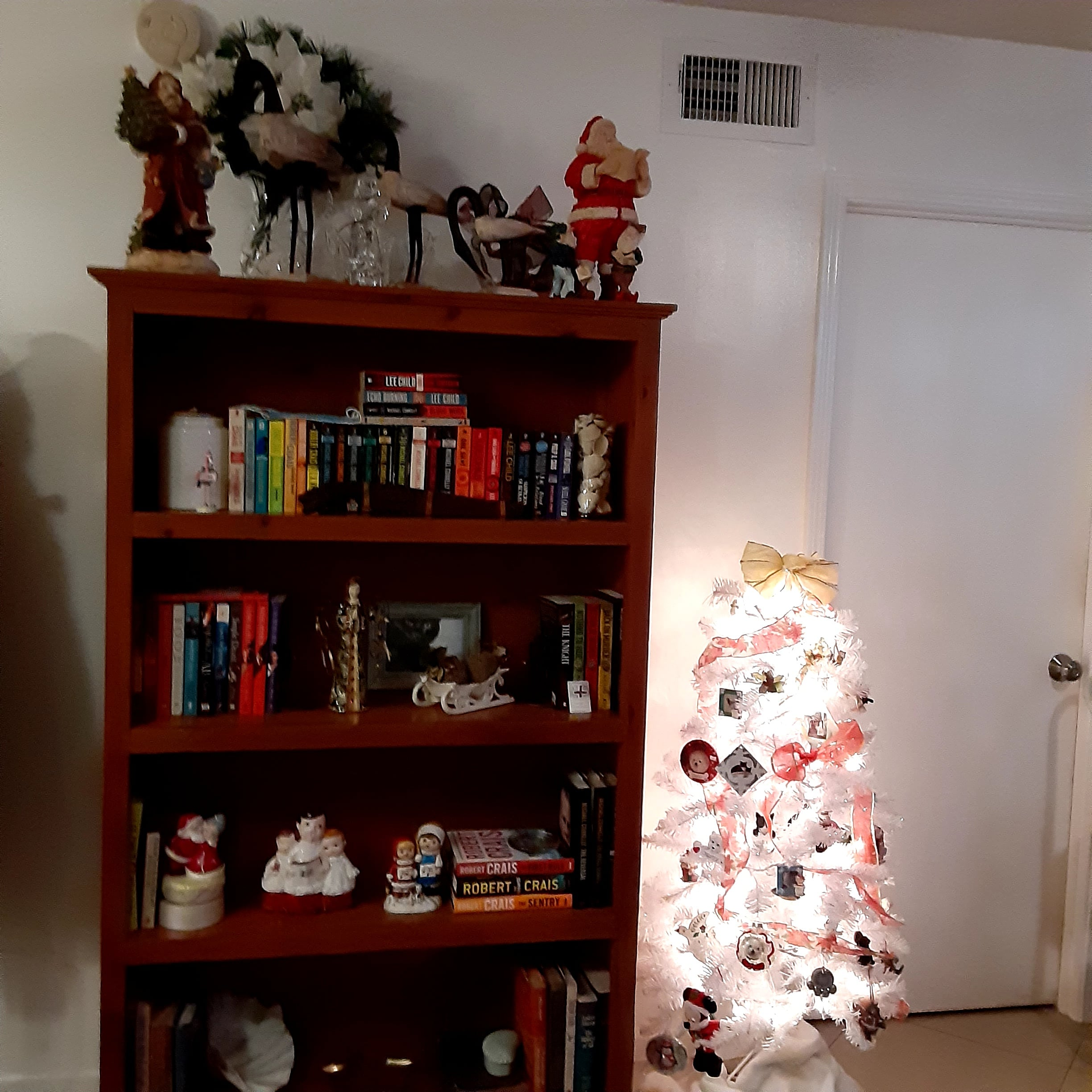 Bookcase Wht Tree Xmas FL 12.20